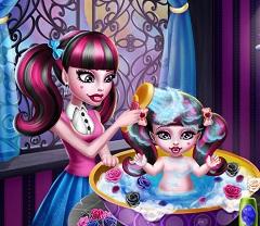 Draculaura Washing Baby